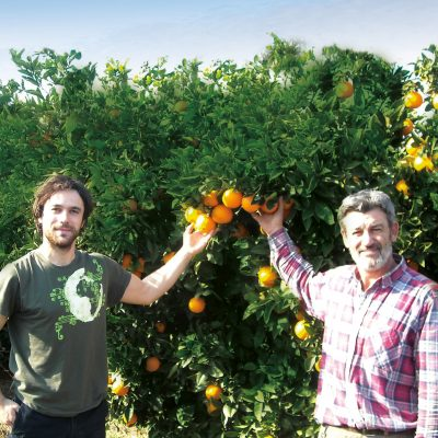 Oscar & Jonás Morell vor einem Orangenbaum